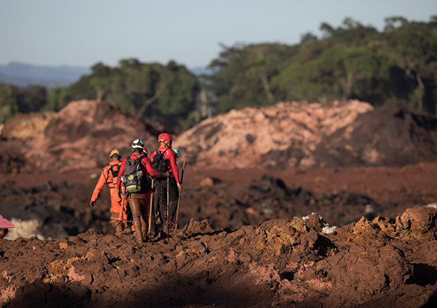 Bombeiros na área de rompimento de barragem em Brumadinho (MG)