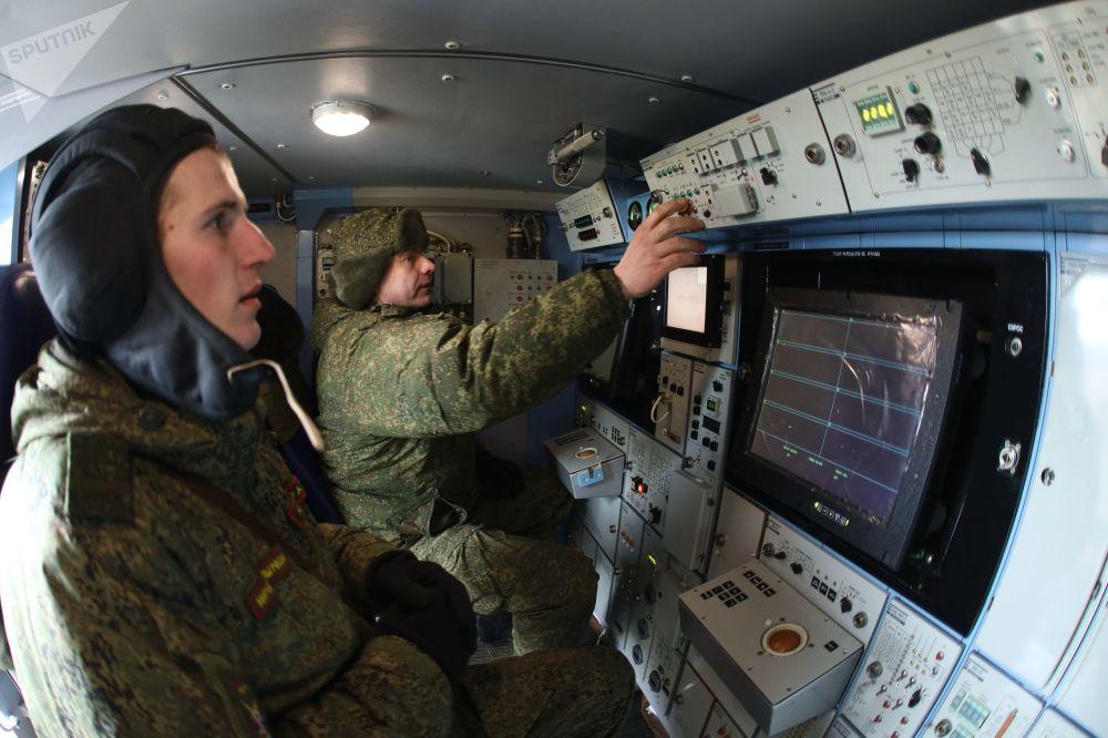 Militares russos durante exercícios militares da versão ártica do sistema de mísseis antiaéreos Tor-M2DT