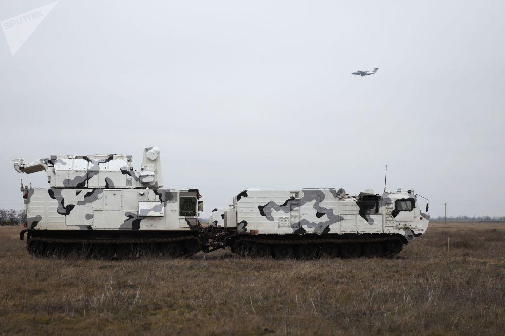 Este sistema foi criado na base do DT-30, um veículo anfíbio fora de estrada articulado de duas seções sobre lagartas. Ele é capaz de cobrir o espaço aéreo em um raio não inferior a 15 km contra meios aéreos do inimigo