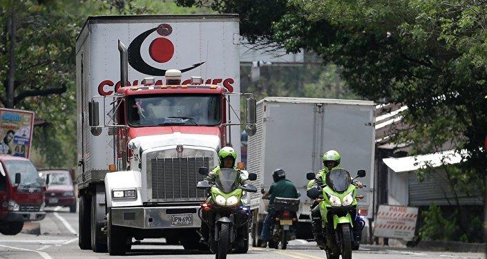 Caminhões da ajuda humanitária dos EUA escoltados pela polícia da Colômbia, perto de Cúcuta