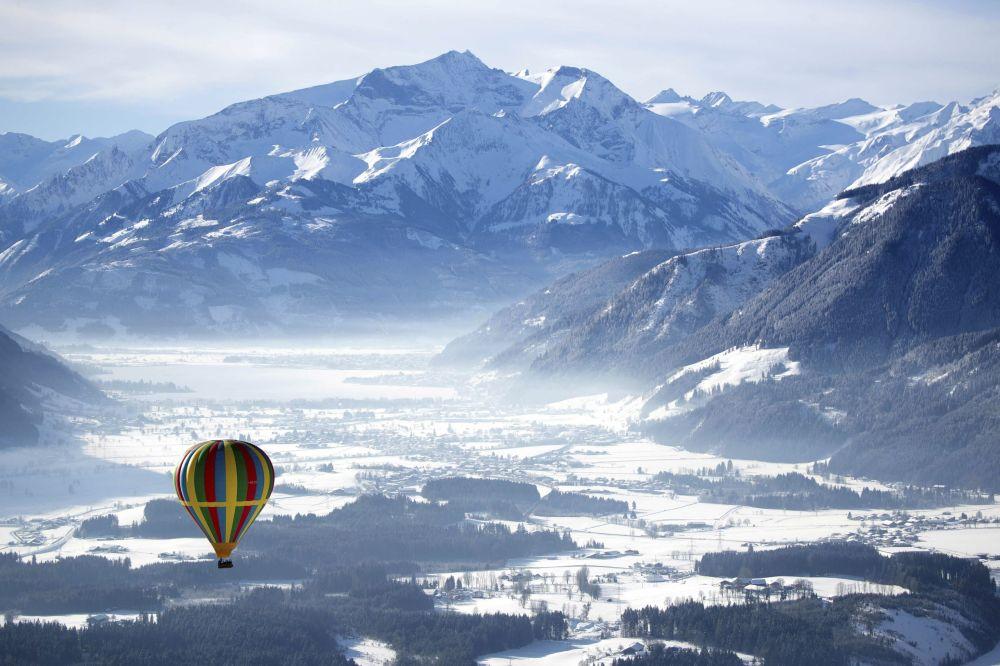 Balão sobrevoa montanhas em Zell am See, na Áustria, 5 de fevereiro de 2019