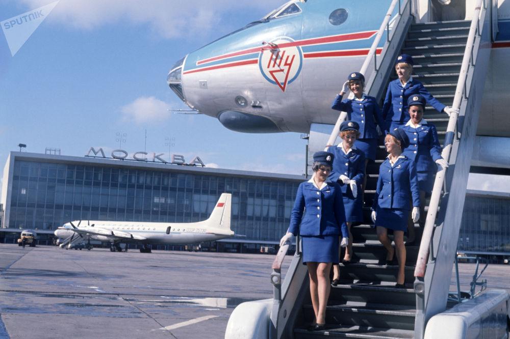 Tripulação do avião desce pela escada de embarque no Aeroporto Internacional Domodedovo, em Moscou