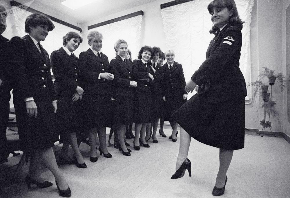 Aeromoças soviéticas durante aulas de dança na escola de aviação civil de Leninegrado (atual São Petersburgo)