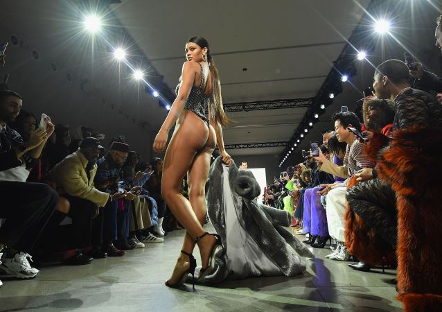Modelo desfilando com roupa do designer americano LaQuan Smith no New York Fashion Week 2019, 10 de fevereiro.