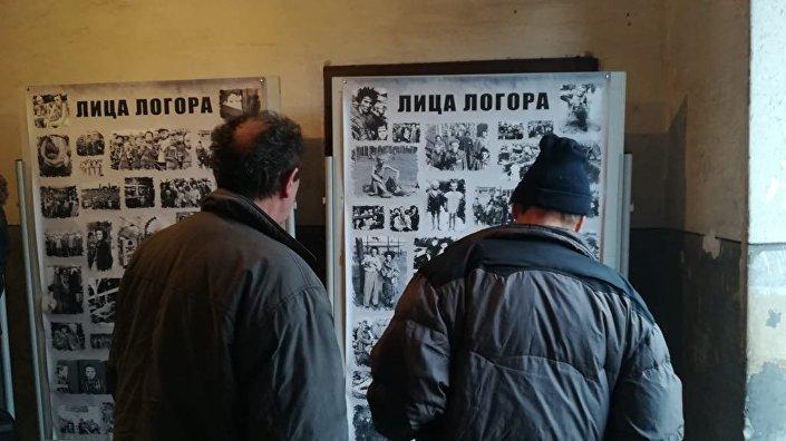 Evento memorial Rostos do Campo na cidade sérvia de Nis