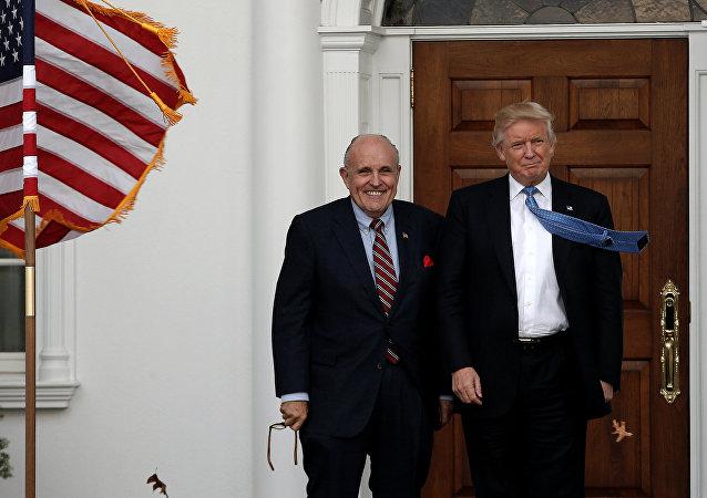 Rudy Giuliani ao lado de Donald Trump, presidente dos EUA