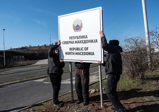 Trabalhadores colocam placa com o nome República da Macedônia do Norte em estrada situada na fronteira do país com a Grécia, perto de Gevgelija, em 13 de fevereiro de 2019