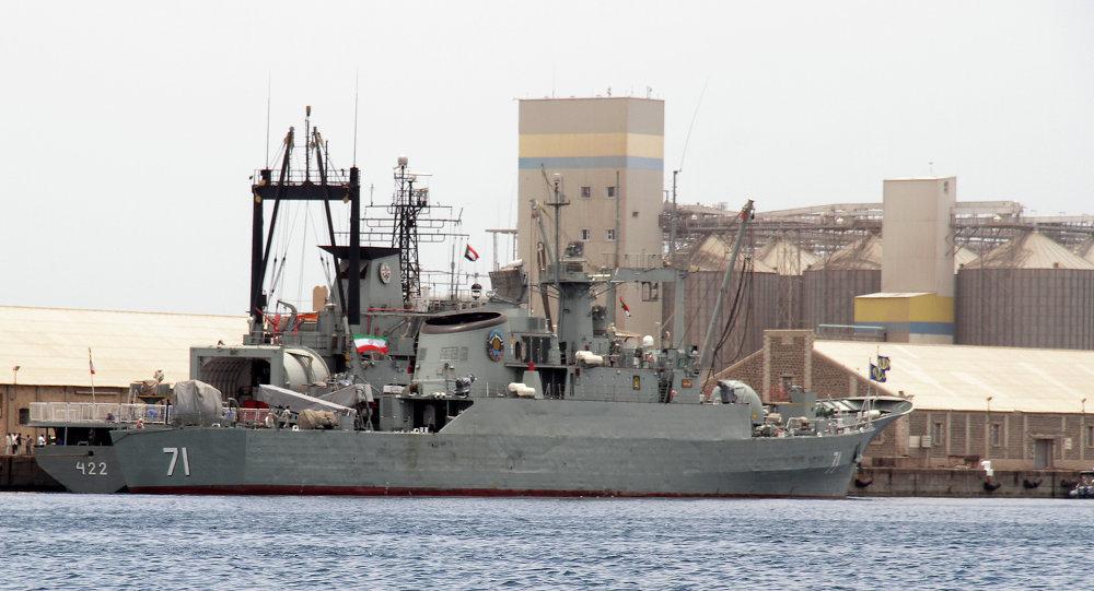Navios militares iranianos durante reabastecimento, no Porto Sudão, em 6 de maio de 2014