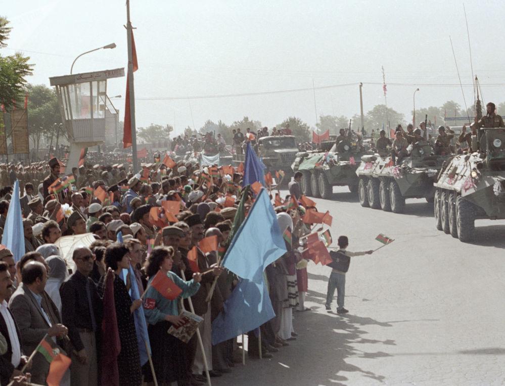 Civis acompanham soldados internacionalistas soviéticos