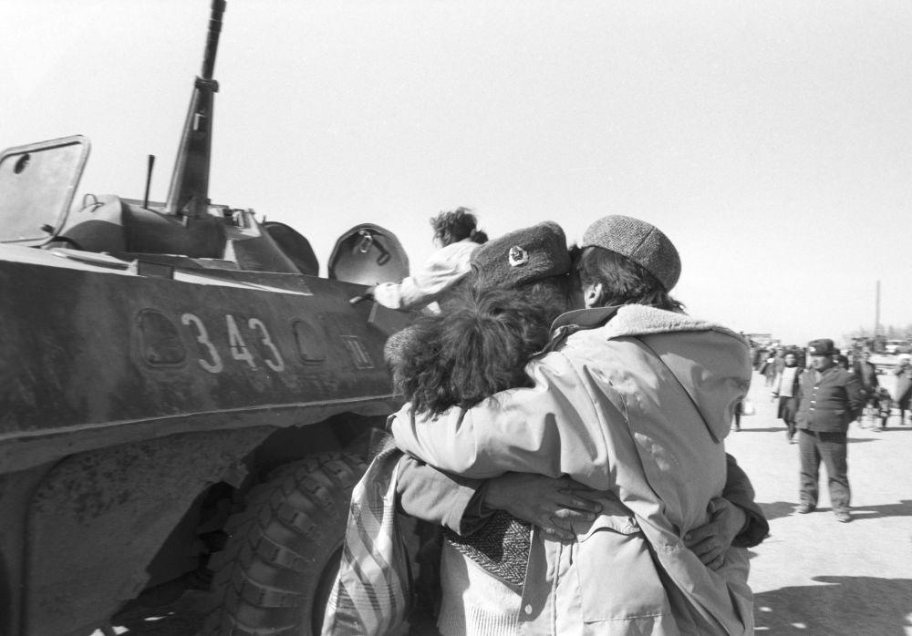 Soldados soviéticos se emocionam ao reencontrar parentes