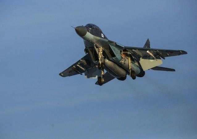 Caça multifuncional MiG-29 durante voo de treinamento