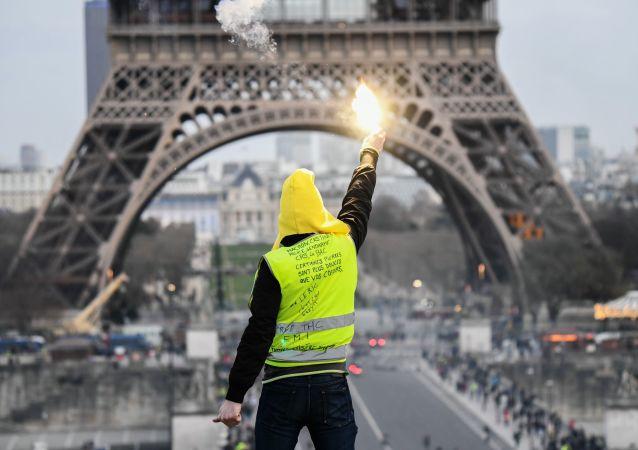 Participante do movimento dos coletes amarelos