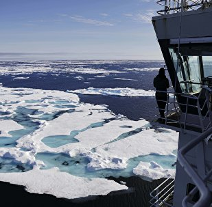 O navio quebra-gelo finlandês MSV Nordica navega através do gelo flutuando no mar de Chukchi, na costa do Alasca.