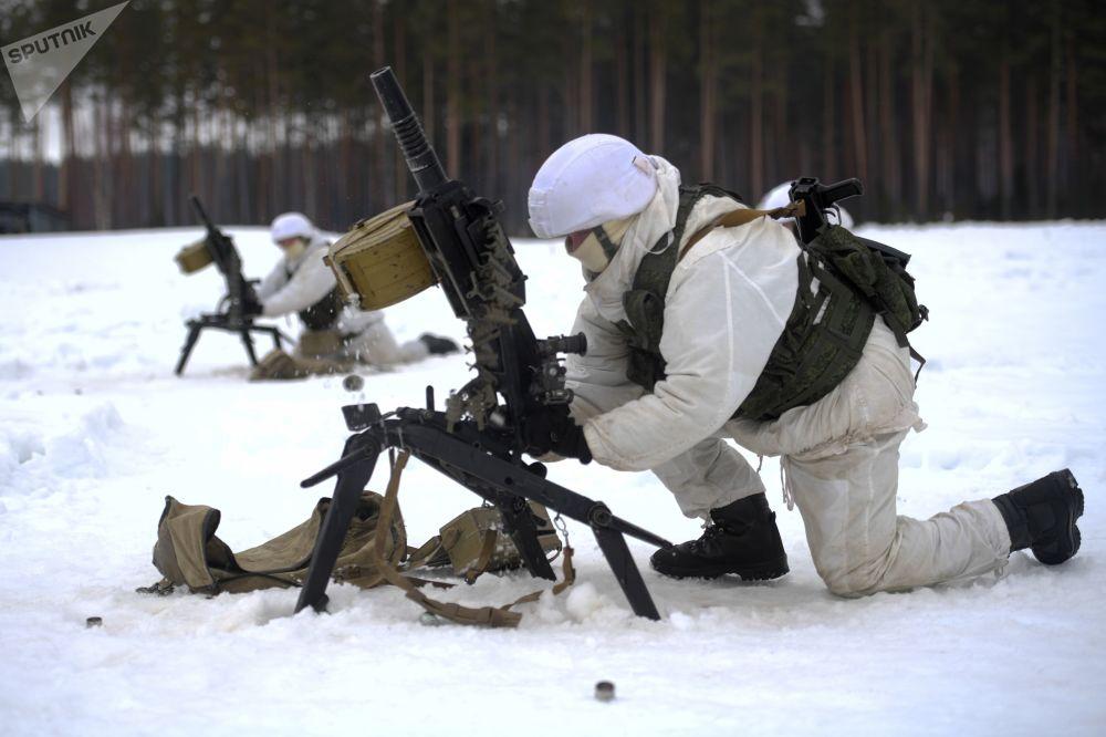Militares prontos para disparar durante exercícios táticos das forças especiais russas no polígono de Dubrovka