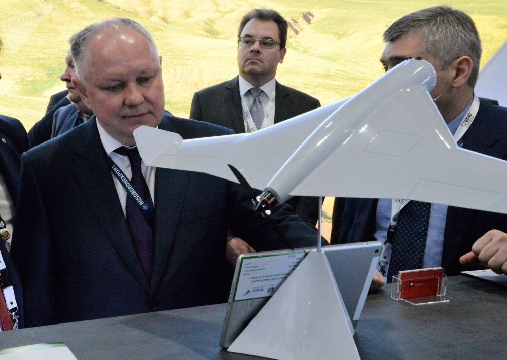 Diretor-geral da Rosoboronexport, Aleksandr Mikheev, à esquerda, observa drone camicase KYB