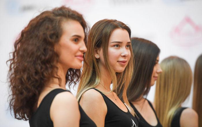 No casting participam garotas de características diferentes, mas todas são bonitas!