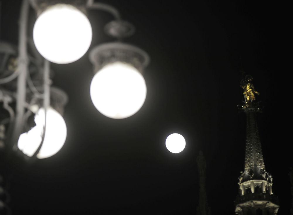 Superlua ao lado de lâmpadas esféricas em Milão, Itália
