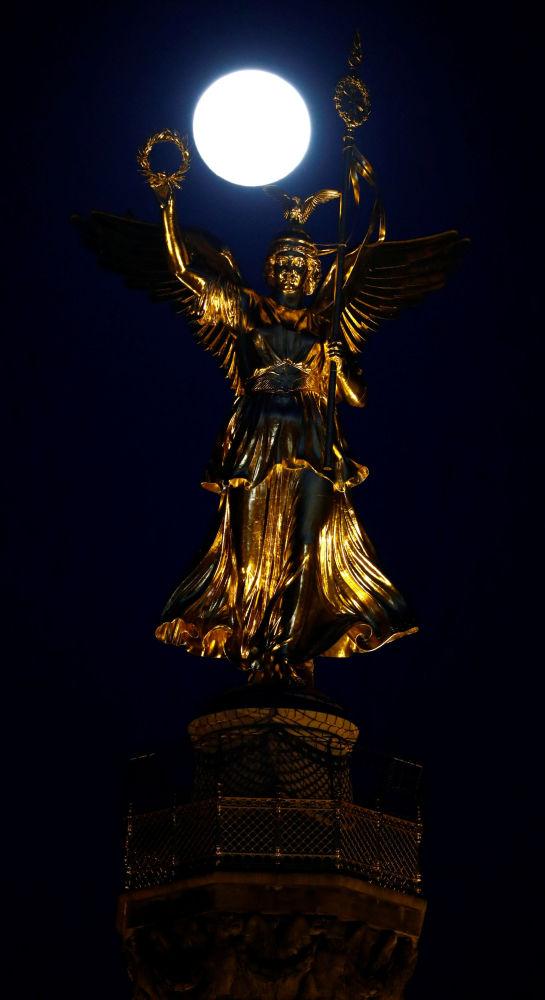 Superlua é segurada pela Coluna da Vitória em Berlim, Alemanha