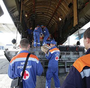 Equipe de resgate descarregando ajuda humanitária (foto de arquivo)