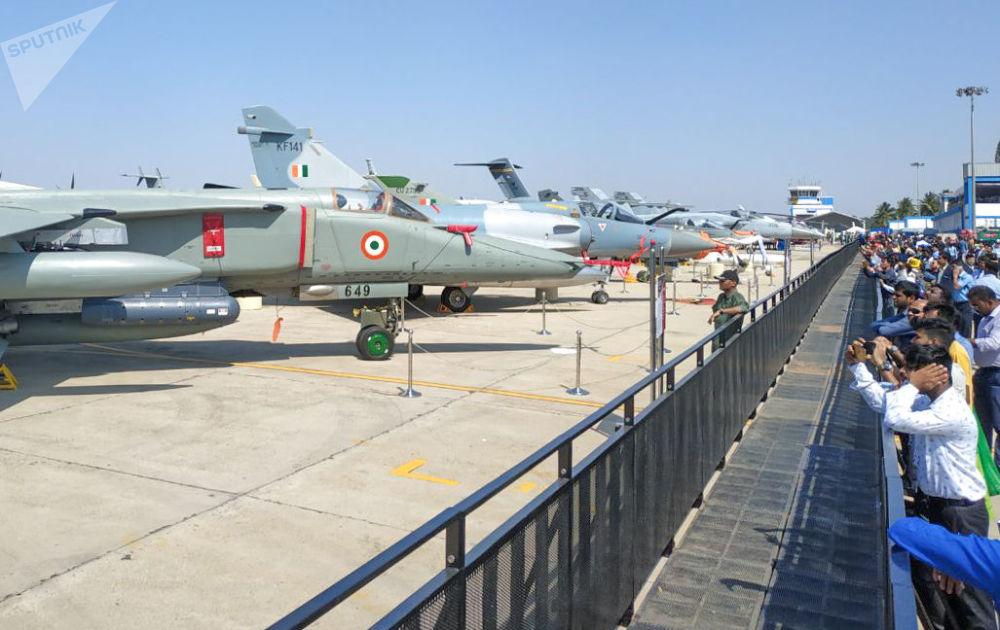 Visitantes fotografam aeronaves na exposição Aero India 2019 em Bangalore
