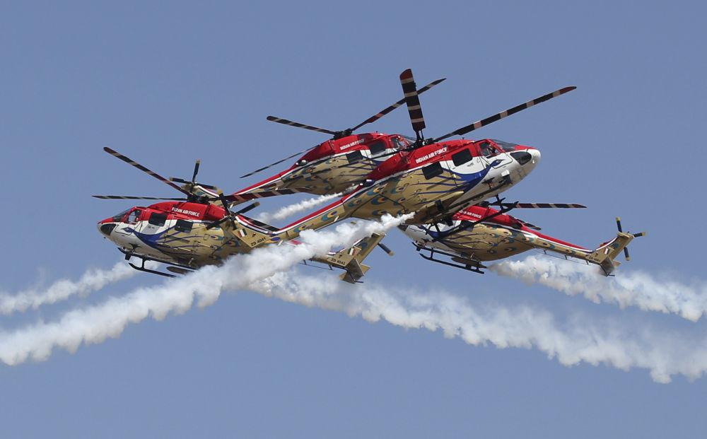 Helicópteros Dhuv da Força Aérea da Índia em manobras de pilotagem durante abertura da exposição Aero India 2019 em Bangalore