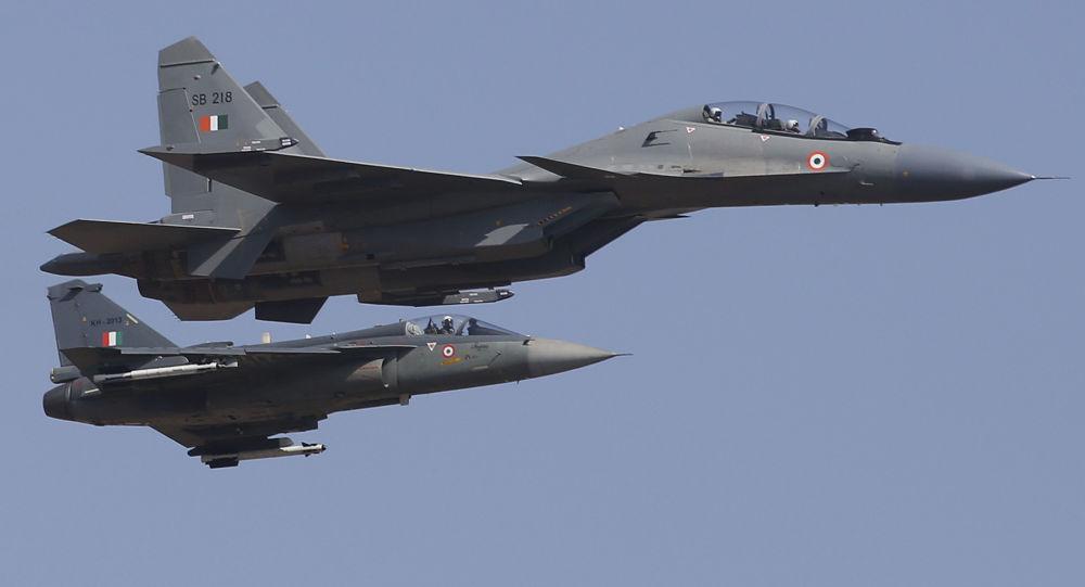 Caças Su-30 MKI da Força Aérea da Índia na inauguração da exposição Aero India 2019 em Bangalore