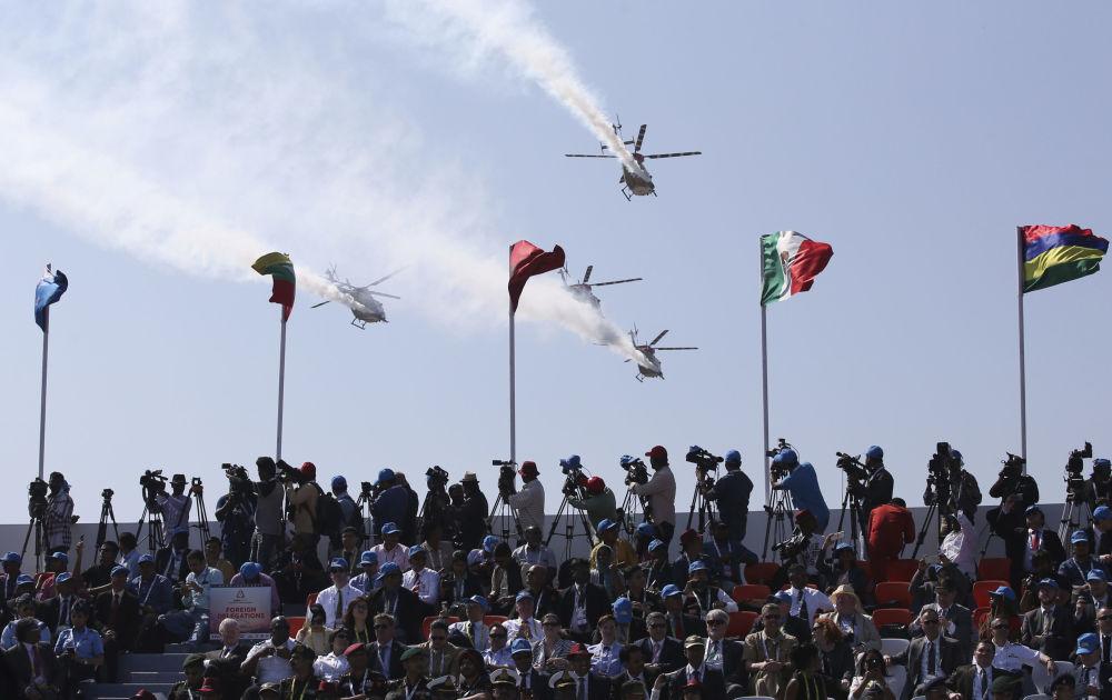Helicópteros da Força Aérea da Índia sobrevoam exposição Aero India 2019 em Bangalore