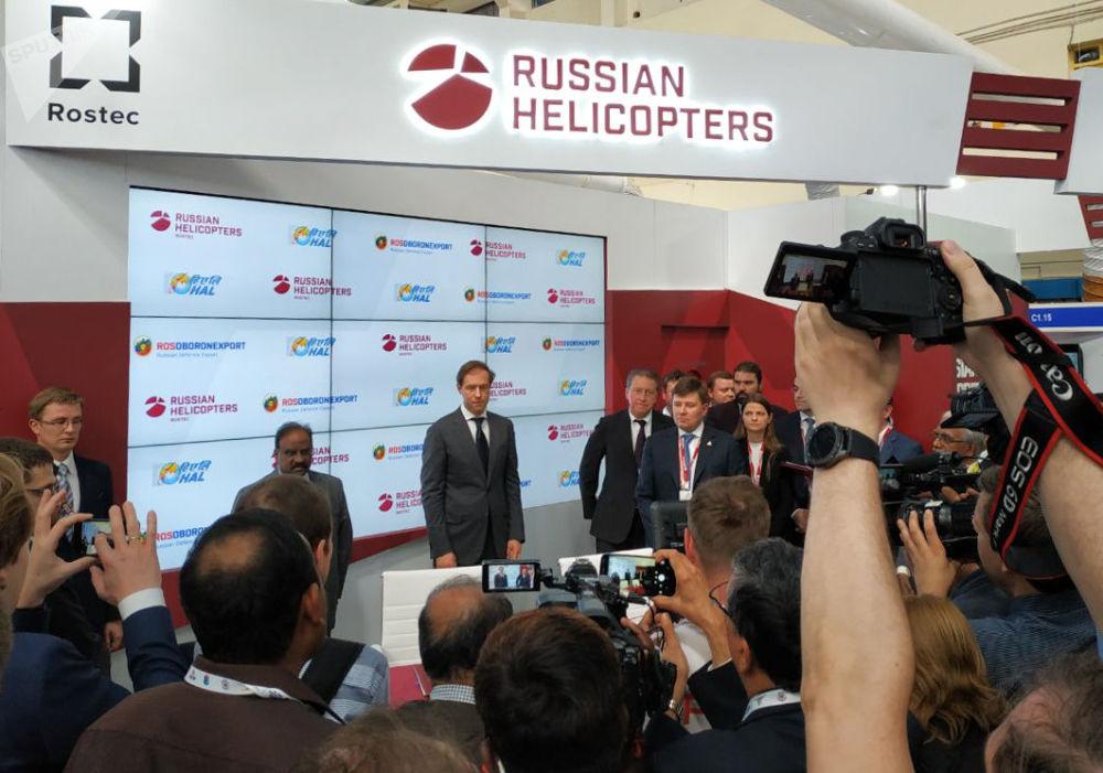 Cerimônia de assinatura de contratos entre a empresa Helicópteros da Rússia com companhias indianas no âmbito da exposição Aero India 2019 em Bangalore