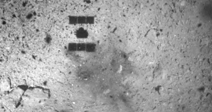 Espaçonave Hayabusa 2 vista após pouso na superfície do asteroide Ryugu