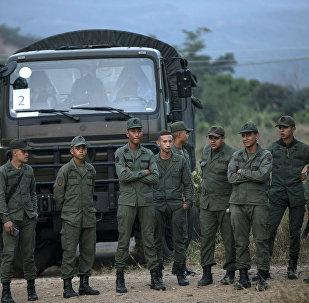 Militares venezuelanos na fronteira com a Colômbia