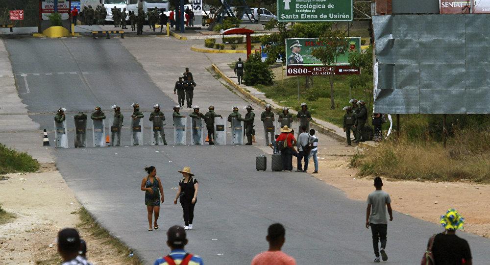 Militares da Venezuela vigiam fronteira com o Brasil em Pacaraima.