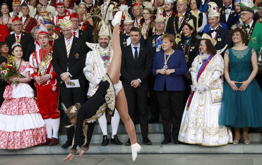 Chanceler alemã Angela Merkel é fotografada junto com participantes do carnaval Prinzenpaare em Berlim