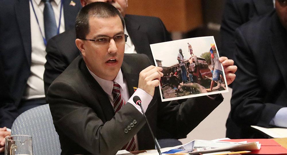 Jorge Arreaza, ministro das Relações Exteriores da Venezuela, segura retrato durante reunião do Conselho de Segurança das Nações Unidas sobre a situação na Venezuela, em Nova York, EUA, 26 de fevereiro de 2019