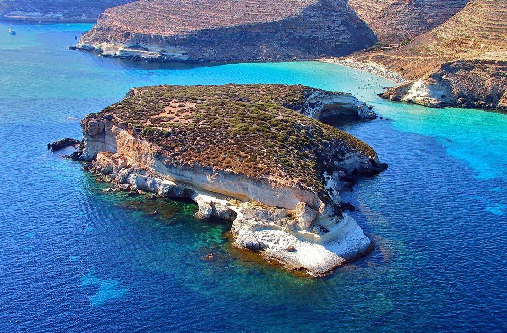 Praia dos Coelhos é a sexta maior ilha da Sicília, na Itália, e fica em uma ilha remota no mar Mediterrâneo
