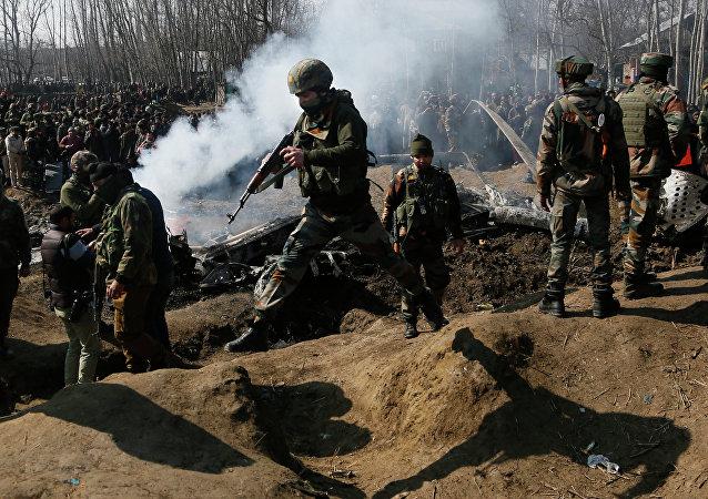 Militares indianos perto do local de queda do caça indiano, 27 de fevereiro