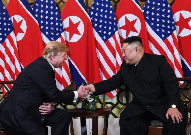 O presidente dos EUA Donald Trump e o líder norte-coreano Kim Jong-un apertam as mãos durante a reunião em Hanói, no Vietnã