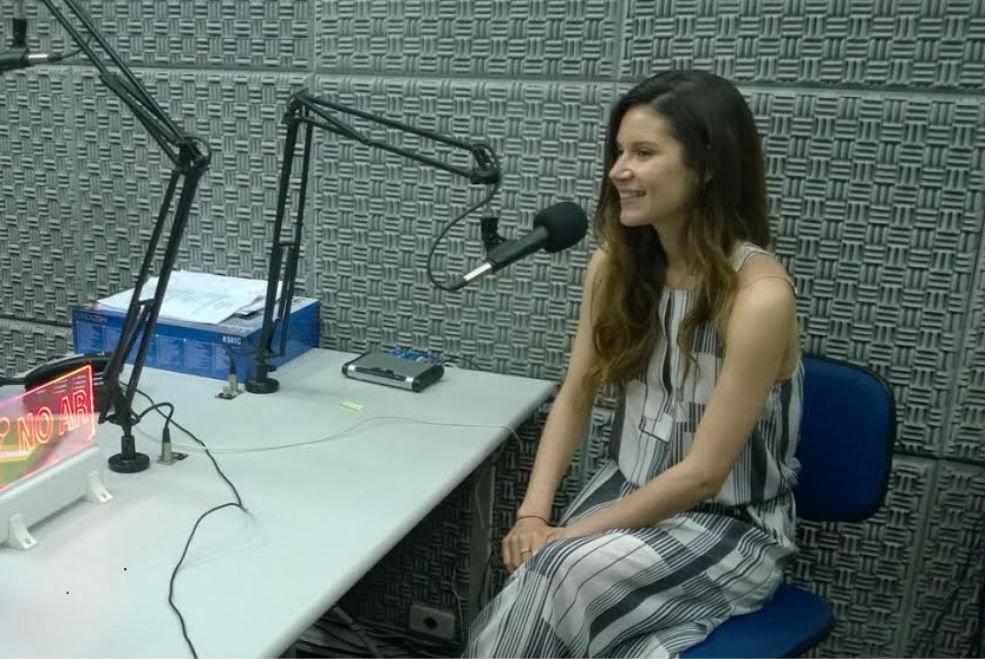 Mariana Gomes no estúdio da Rádio Sputnik, no Rio de Janeiro.