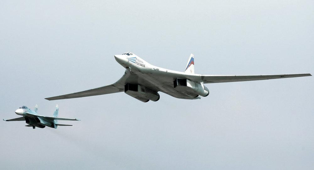 Bombardeiros russos Tu-160 durante patrulhamento aéreo (imagem referencial)
