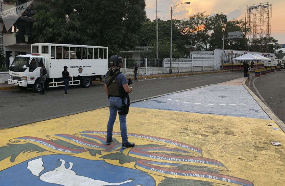 Militar venezuelano em posição na ponte Simón Bolívar