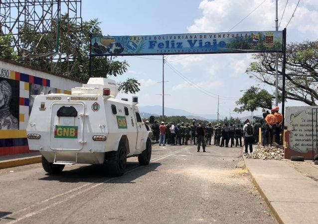 Veículo da Guarda Nacional venezuelana reforça a ponte Simón Bolívar