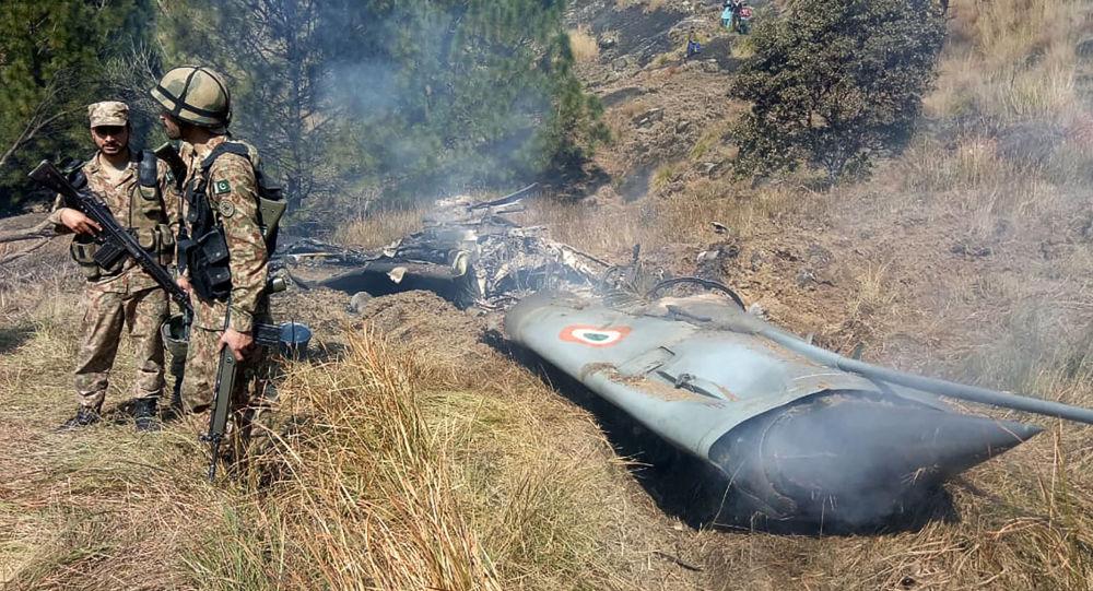 Militares paquistaneses junto aos destroços do caça indiano na Caxemira, no espaço controlado pelo Paquistão