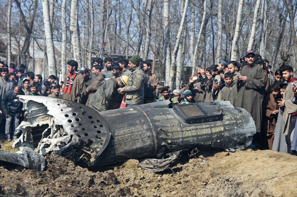 Soldados indianos e habitantes da Caxemira perto dos destroços da aeronave da Força Aérea indiana