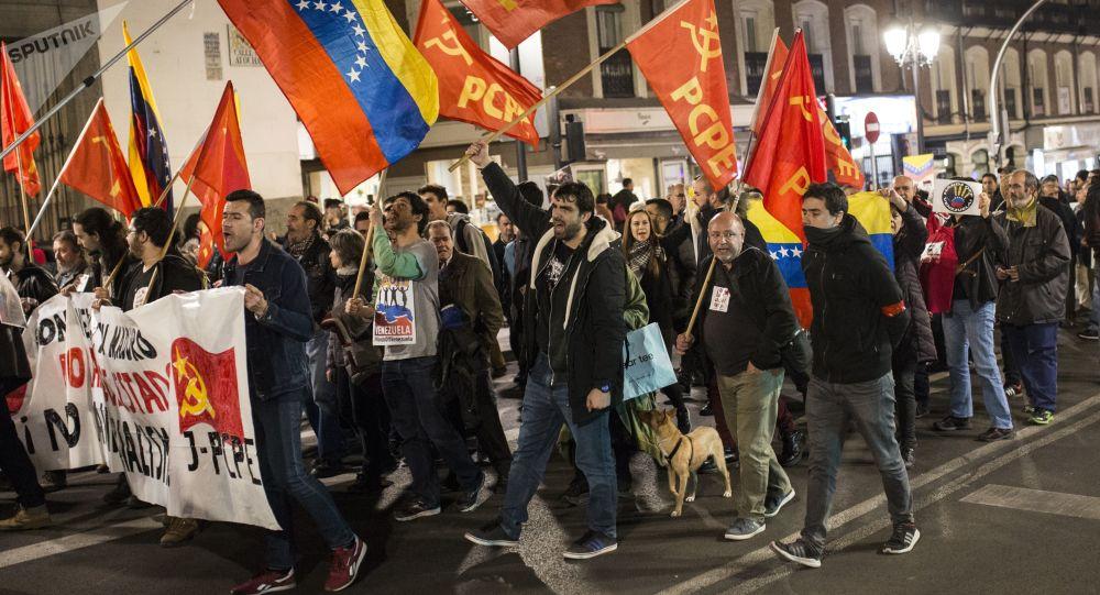 Pessoas com bandeiras e cartazes do Partido Comunista dos Povos da Espanha (PCPE) saíram às ruas de Madri para expressar apoio ao presidente legítimo da Venezuela, Nicolás Maduro