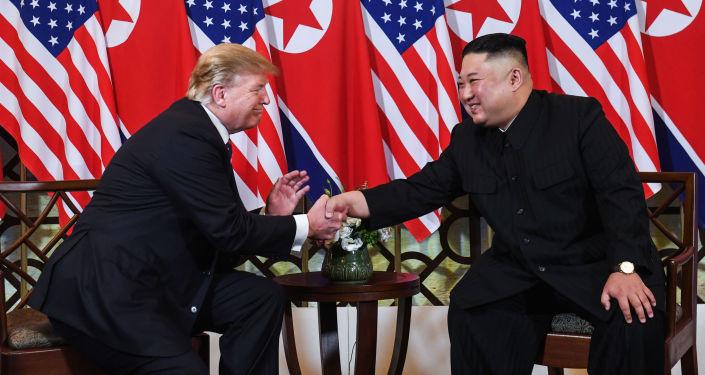Presidente dos EUA, Donald Trump, cumprimenta o líder da Coreia do Norte, Kim Jong-un, após reunião em Hanói, Vietnã, em 27 de fevereiro de 2019