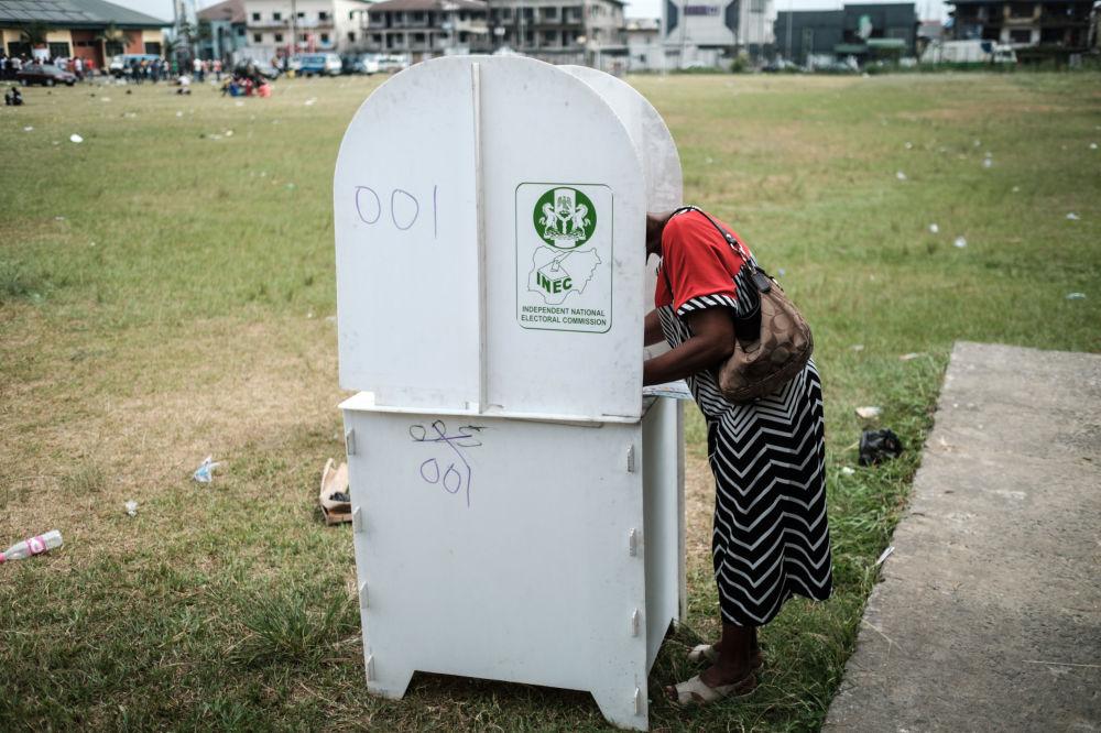 Mulher votando durante eleições presidenciais e parlamentares da Nigéria, em 23 de fevereiro de 2019
