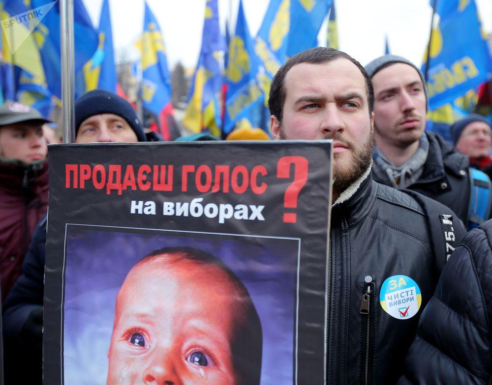 Participantes durante manifestação exigindo eleições justas em Kiev, Ucrânia