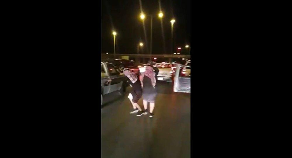 Homens dançam no sinal vermelho em uma rua da província de Qassim, na Arábia Saudita