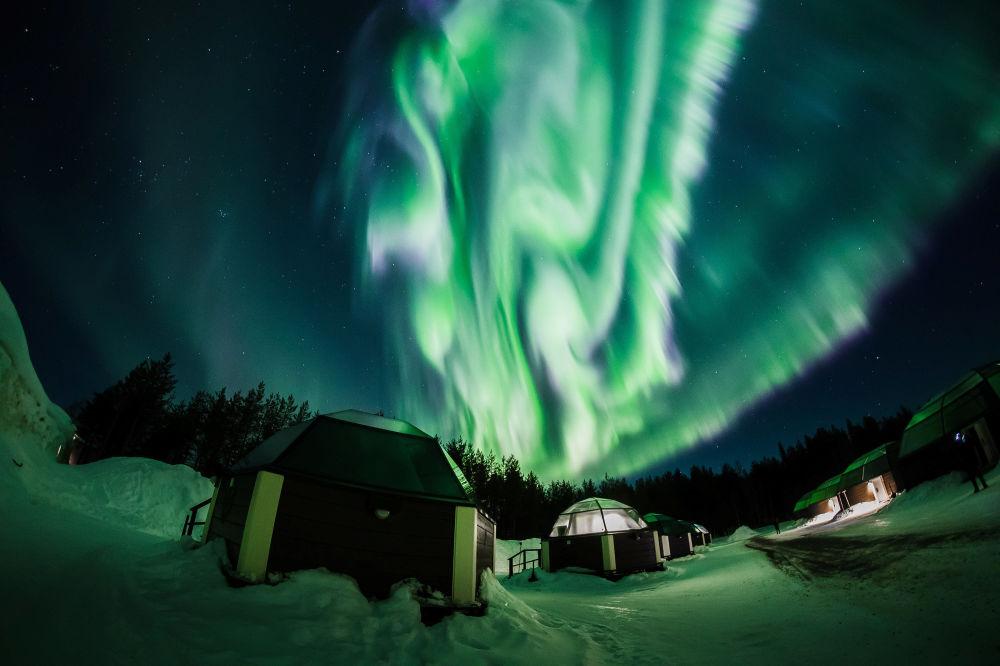 Luz verde da aurora boreal ilumina céu sobre município finlandês de Rovaniemi