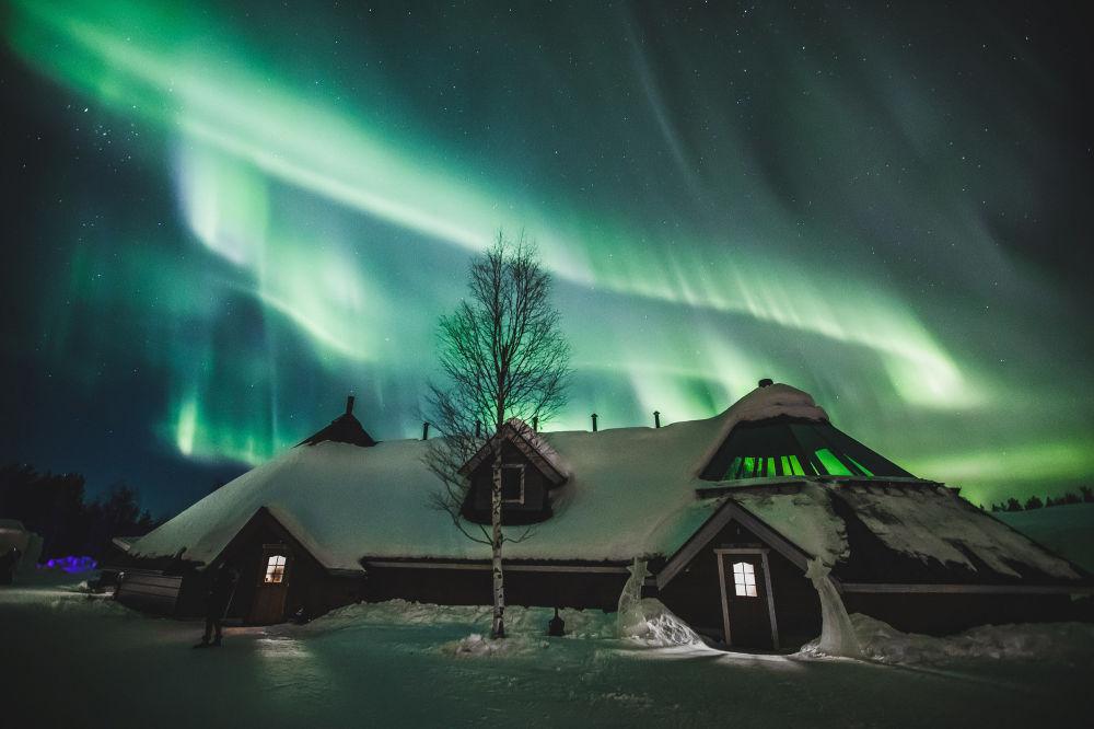 Edifício do Arctic Snowhotel finlandês fotografado junto com aurora boreal em 27 de fevereiro de 2019