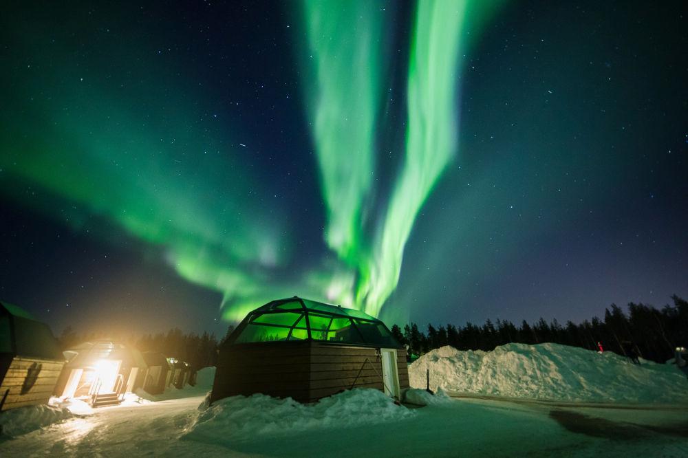 Vista de paisagem nórdica com aurora boreal fotografada no fim de fevereiro em Rovaniemi
